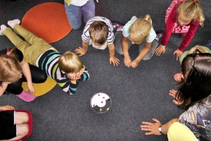 kindergarten_children_play_fun_happy_playgroup_children's_group_group_game-1331154.jpg!d